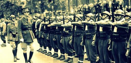 Le général de Gaulle passant en revue une unité des F.F.L.