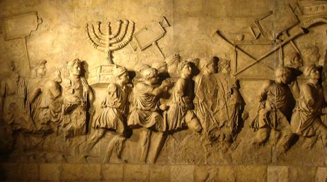Bas-relief de l'Arche de Titus à Rome. Des hommes transportent les trésors du Temple de Jérusalem récemment détruit.