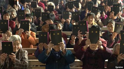 Chrétiens chinois tenant leurs Bibles